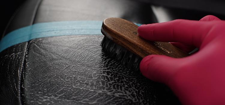 Glattlederreinigung mit Lederbürste