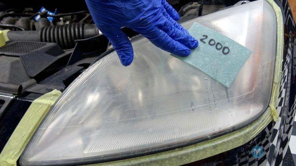 Matte Scheinwerfer schleifen mit 2000er Nassschleifpapier - vor der Anwendung
