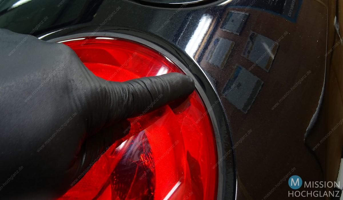 Rückleuchten auf Hochglanz polieren - Gummiumrahmung abkleben